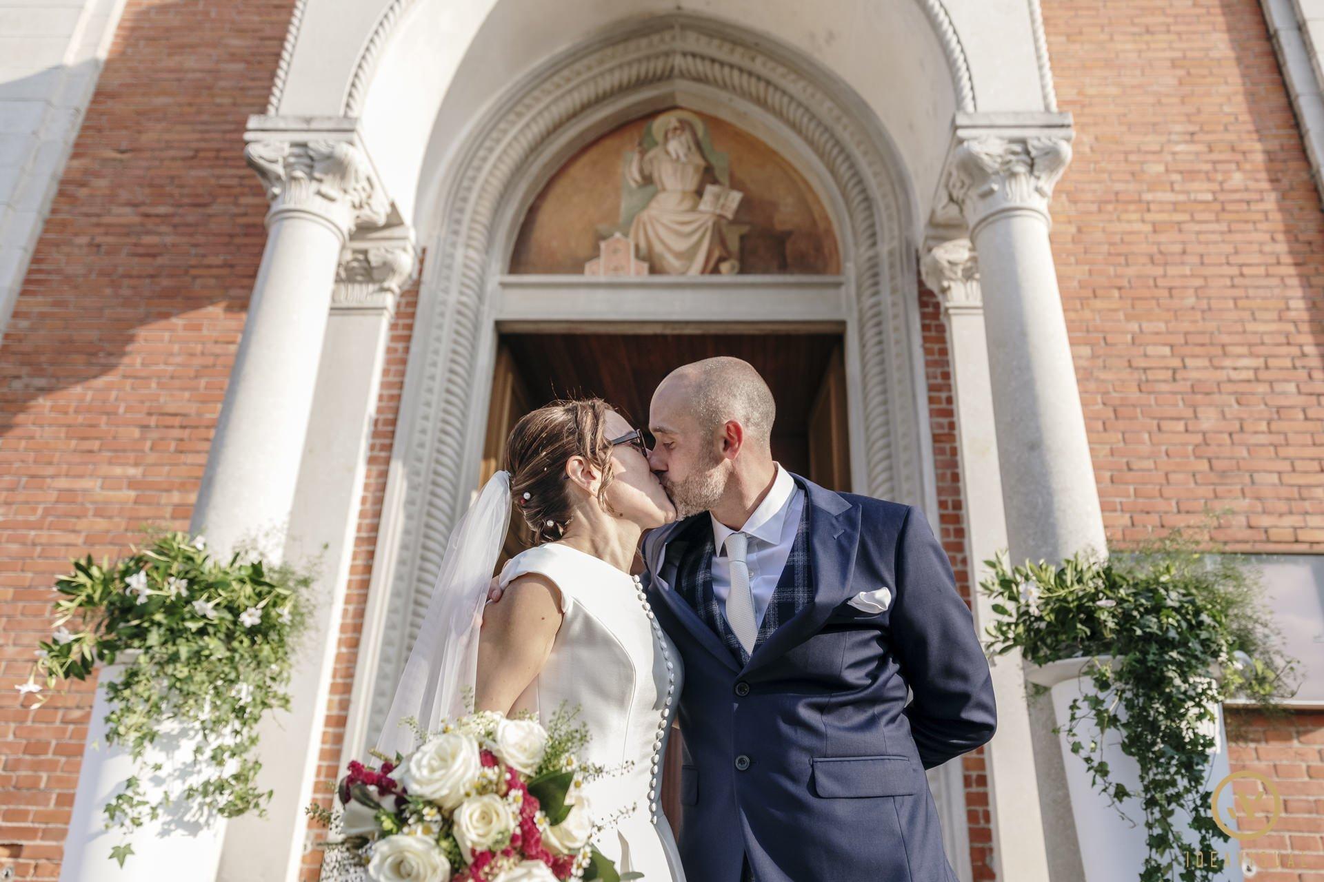 foto bacio sposi chiesa matrimonio pasiano pordenone