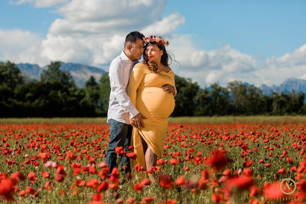servizio fotografico di maternita tra i papaveri